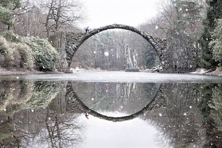 """""""ドイツ・ドレスデン市の郊外の公園にある現地名「悪魔の橋」は、名前とは印象が異なる美しい建築物。1860年に玄武岩で構築された半円の橋が、水面の反射と合わさると真円になる。写真集 https://t.co/xF9UNuUqSe 季節や時刻などに応じて多様な美しさを示すことが伝わる。"""""""