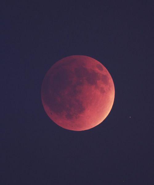 Foto da Lua com sol iluminando