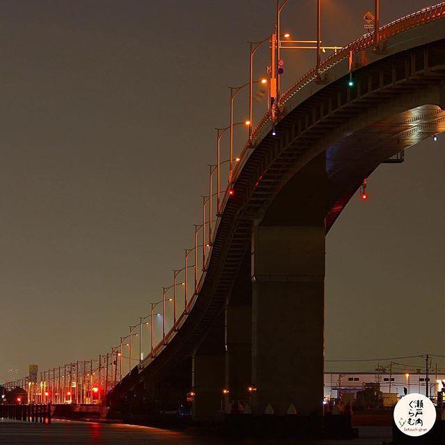 Instagram【setouchi_gram】さんの写真をピンしています。 《* * ■広島はつかいち大橋 広島県廿日市市と広島市佐伯区を結ぶ広島湾岸に架かる道路橋です。 「ベタ踏みだろ~?」が印象的な,某自動車メーカーのCMで有名となった,島根県松江市と鳥取県境港市との間に架かる江島大橋がありますが、その天縦断勾配は6.1%。これに匹敵するのが、縦断勾配6%の「広島はつかいち大橋」なのです。  主橋梁となる海上部の構造は,6径間連続鋼床版箱桁複合ラーメン橋といい,鋼とコンクリートの特徴を活かした,県内でも非常に珍しい構造なのだそうです。  広島湾のベイエリアに架かるこの橋からは,宮島をはじめ瀬戸内海の島々の眺めも楽しむことができます〜〜 * まるでジェットコースターのような橋と呼ばれているそうです ドキドキしそうです * * ──────────────────── *  * 『Photo of the Day』 * 瀬戸内ぐらむからの瀬戸内魅力紹介  photo by  @alliance1969 * Location : 広島はつかいち大橋 (広島県廿日市市)…