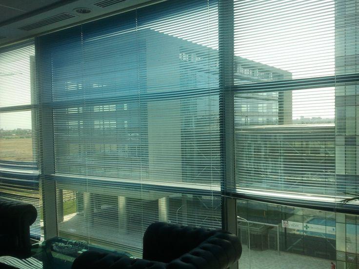 Jaluzelele orizontale din aluminiu se potrivesc perfect intr-un birou in care ai nevoie si de intimitate.