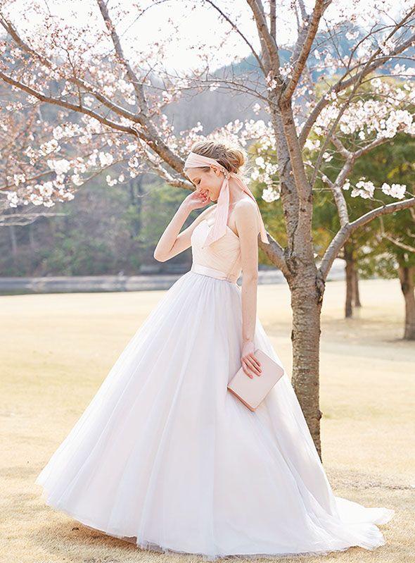 カラードレスNo. DBC-053 –グレーを織り交ぜたニュアンスピンクのカラードレス。甘すぎない大人可愛いカラードレスで、特別な日を私らしく彩る。