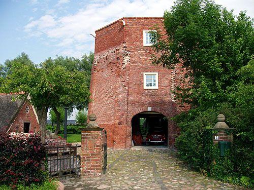 De romp van de koren- en pelmolen Woldring ligt aan de Zwarteweg bij het Boterdiep. De molen werd in 1854 gebouwd en in 1926 onttakeld. De laatste molenaars waren de gebroeders Woldring. Het resterende deel is nu in gebruik als woonhuis.