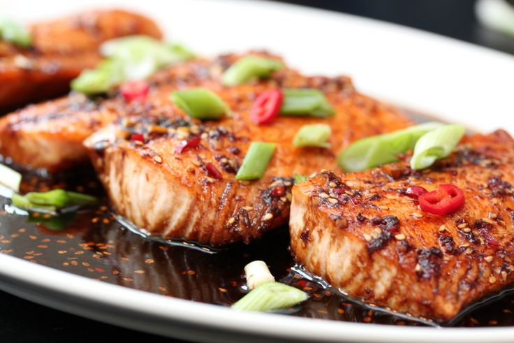 Salmon with a soy sauce, garlic, chili, honey, ginger and lime. Use Google Translate for the recipe, it looks amazing!
