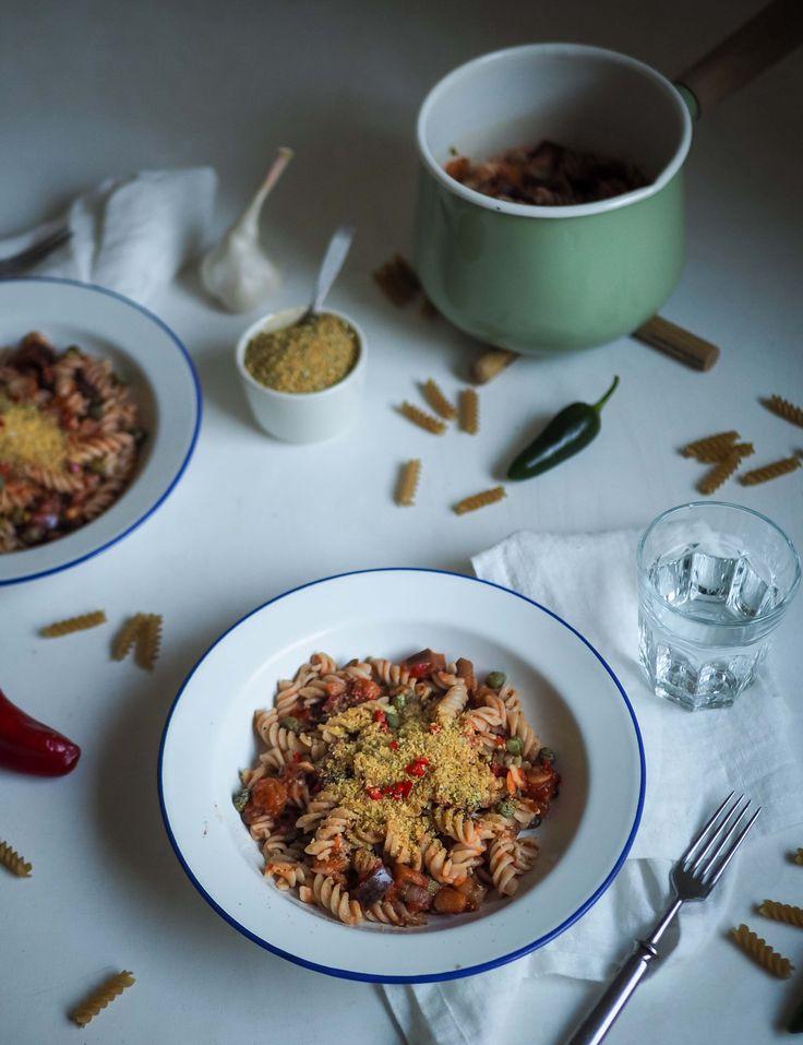 """Vegaaninen parmesaani + pasta """"puttanesca alla Norma"""" = osallistumiseni #notonmypasta -kampanjaan"""