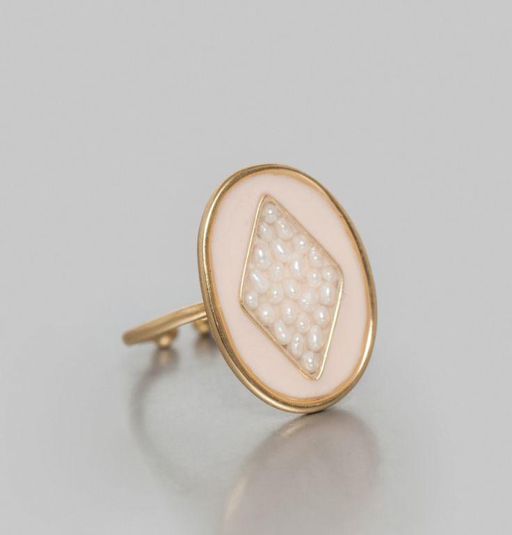 Bague dorée à l'or 24 carats, parée de laque et de perles de rivière, taille ajustable.     Fines et élégantes, les perles de rivière sont rassemblées par Médec