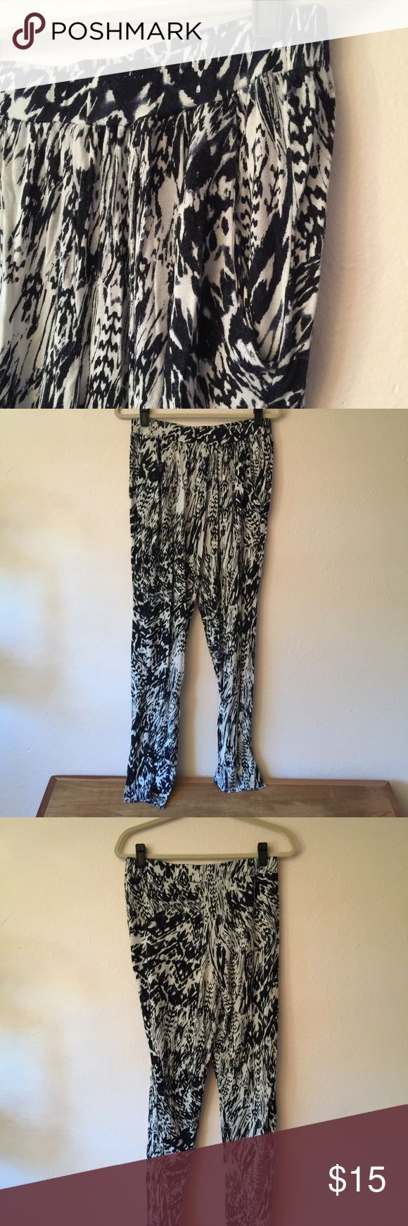 Nordstrom Willow & Clay Boho Print Harem Pant The MOST COMFY EVER. Super soft with Boho print, size medium. Great gently used condition. Wider at hips and thighs, tapered slightly down to ankles. With pockets! Stock photo for fit reference, since they don't photograph well on the hanger. Willow & Clay Pants Leggings