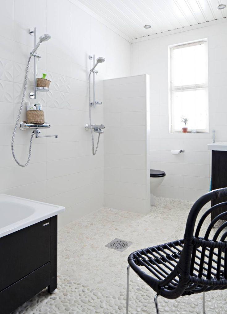 Kylpyhuoneen laattalattia on yksi taidonnäyte Riikka-Marin suunnittelusta. Värisilmän Laattastudioiden lattiakivi on haastava pitää puhtaana, mutta sen terapeuttisen hierova vaikutus jalkapohjassa ja Välimeren rannoista muistuttava olemus päihittävät vaivan. Suihkun alle on valittu hieman helpommin puhdistettava laatta. Tuoli Sian, suihku Damixan ja amme Svedbergin.