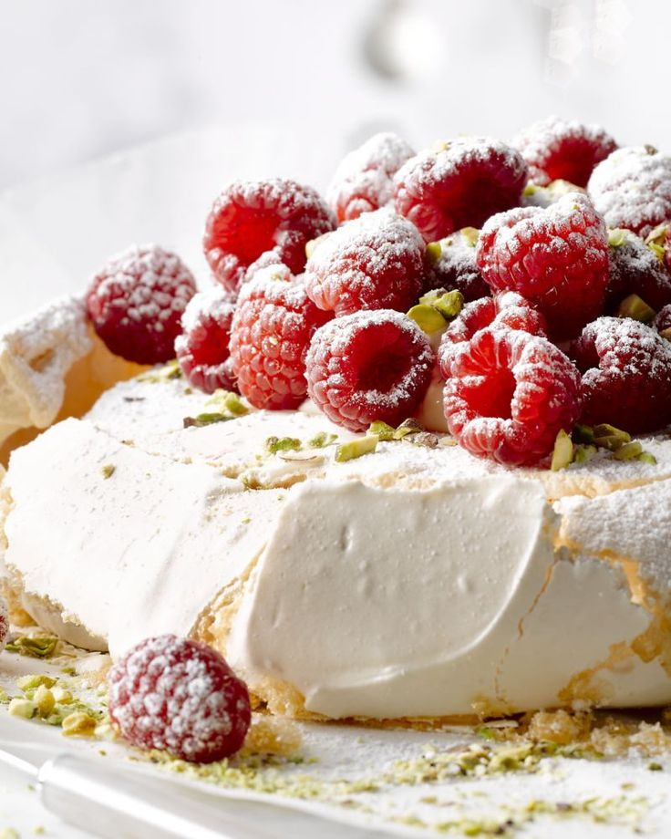 Pavlova met slagroom en frambozen ( of gebruik fruit van het seizoen)