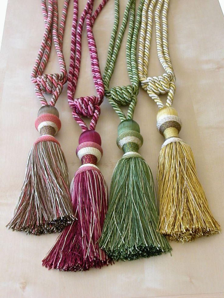 www.fuggonymester.hu Paszományok  Klasszikus, egy bojtos zsinóros függönyelkötő. Rendelhető színek: barna–mályva, bordó, zöld, arany. Méret: teljes hossz 60–63 cm, bojt hossza 20 cm