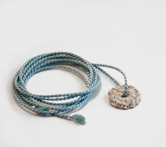 zilveren haakwerkje aan koord | mieke de been • sieraden