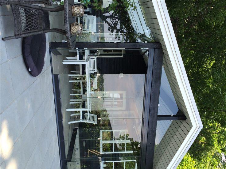 Med en blanding af glasfoldedøre og fast glas til kip, bliver der skabt et unikt uderum på terrassen der udnytter både højden og bredden.