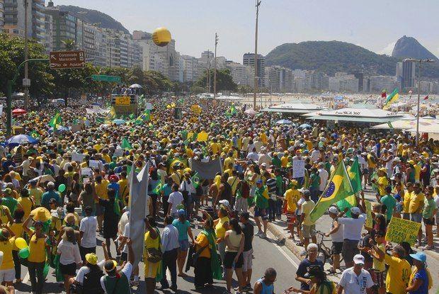 """Manifestação pró-impeachment em Copacabana teve faixa """"Je sui Moro"""""""