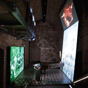 Sistemi espositivi Museofab per allestimenti museali. Pedana con pannello/parete grafica e proiezione, Fryderyk Chopin Museum