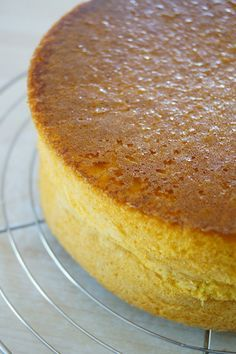Ca fait plusieurs fois que j'utilise la génoise hyper classique pour mes gâteaux. J'aime sa légèreté, son moelleux et le fait qu'elle gonfle sans bomber (gâteaux bien droits)