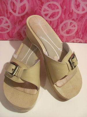 COVINGTON BRAND    WOMENS BEIGE     LEATHER SLIDES    SIZE 8.5M    MINT CONDITION    FOR PREOWNED    WORN ONE TIME    TINY MARKS ON STRAP    DOES NOT EFFECT THE    WEAR AND TEAR OF THE SHOES    SEE PICS    WOODEN BOTTOM WITH A    LIGHTLY PADDED INSOLE    LIGHTLY PADDED    LEATHER STRAP WITH    CUTE BUCKLE    VERY COMFY    SUPER STYLISH    WONDERFUL ADDITION    TO YOUR WARDROBE: Pads Insoles, Brand Women, Pads Leather, Lights Pads, Leather Straps, Mint Conditioning, Beige Leather, Ebay Boards, Leather Sliding