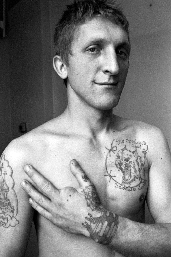 Sergeï Vasiliev est un photographe russe, après avoir vu les travaux de Dantsig Baldaev il a lui même pris en photo les prisonniers de la prison de Kresty et leurs tatouages.