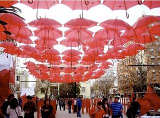 Una calle cubierta de paraguas  An umbrella-covered street