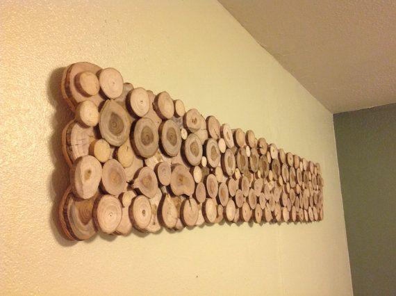 Prachtig abstract willekeurig patroon rechthoekige wand hangen. Gemaakt van houten boom segmenten tonen verbazingwekkende patina en graan. Hangende is gerouteerd randen voor zwevende uiterlijk. Terug van bestuur is geweven en gekleurd rood voor een geweldig contrast. Boom ringen/segmenten zijn gelaagde voor extra diepte Boom segmenten zijn gevarieerde soorten van neergehaalde bomen lokaal. Kunnen worden geplaatst in verschillende posities afhankelijk van voorkeur. Hangende zoals maa...