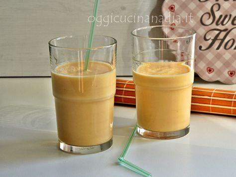 Lo smoothie con albicocca e zenzero è una fresca bevanda cremosa preparata con albicocche mature, yogurt e una spolverata di zenzero in polvere
