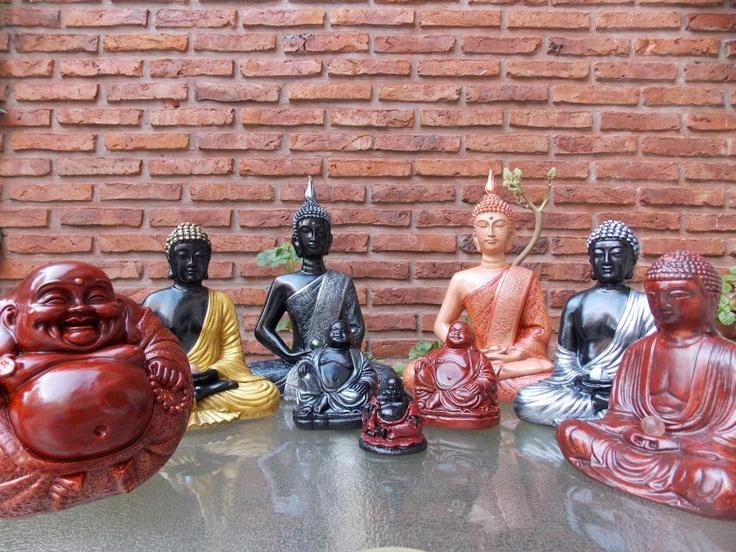 Buda Bola en caoba - altura: 16 cm, Buda tibetano #4 en dorado y negro - altura: 21 cm, Buda tibetano #5 en peltre y negro - altura: 28 cm, Buda Gordo #2 en peltre y negro - altura: 10 cm, Buda Gordo #1 en caoba y negro - altura: 6 cm, Buda Gordo #2 en caoba - altura: 10 cm, Buda tibetano #5 en piel oscuro y cobre - altura: 28 cm, Buda tibetano #4 en peltre y negro - altura: 21 cm y Buda tibetano #3 en caoba - altura: 17 cm.