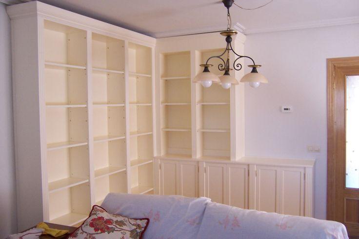 Mueble lacado blanco roto, con biblioteca a un lado y aparador en el otro con vitrina. #mueblesamedida #mueblesdemadera #madera #mueblesdesalon