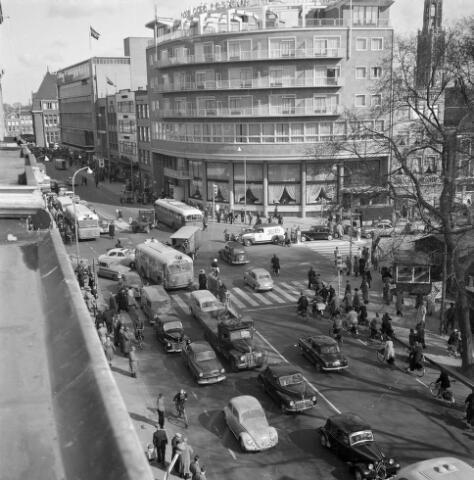 1953, Overzicht van de verkeersdrukte op het noordelijke deel van het Vredenburg te Utrecht, met op de achtergrond Hotel Smits (Vredenburg 14) en de Lange Viestraat.
