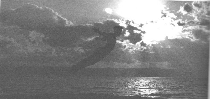 Solitude et sexualité : une possible rencontre ? Les souffrances du lien à travers Peter Pan Par Camille Lauer - Psychologue clinicienne. Docteur en psychopathologie et psychanalyse Drôle d'idée que d'associer Peter Pan, ce petit personnage fantasque créé par l'écrivain écossais James Matthew Barrie au début du XXe siècle et… sexualité !