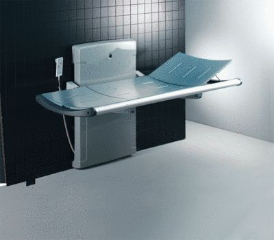 Dusch- und Pflegeliege in Nutzungsposition