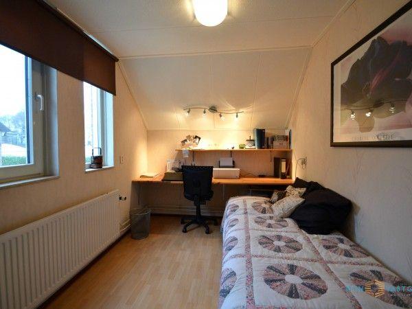Slaapkamer 2 (c.a. 11m2) gelegen aan de achterzijde van de woning. Door de dubbele raampartijen komt er voldoende natuurlijke lichtinval de kamer binnen.