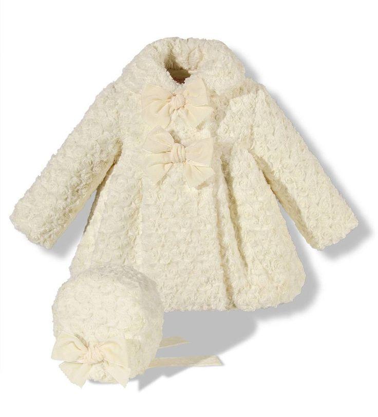 Precioso abrigo de pelo con capota para niña en color crudo con lazos de terciopelo