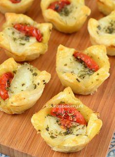 Caprese bladerdeeg hapjes - Laura's Bakery - caprese puff pastry cups