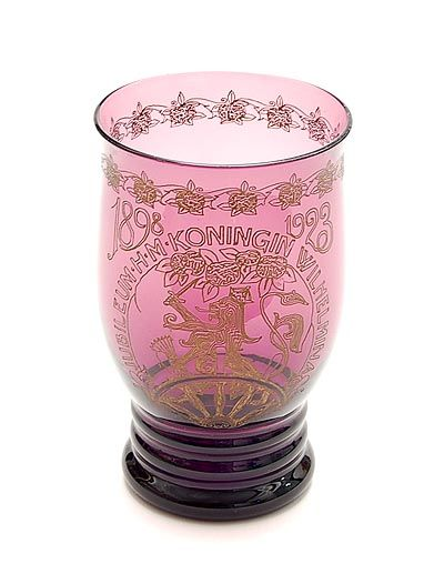 """Paars glazen """"Wilhelmina"""" beker, ontwerp A.D.Copier 1923, uitvoering Glasfabriek Leerdam"""
