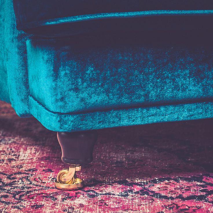 Blå sammetssoffa Lejonet. Howardsoffa, soffa, howard, sammet, sammetstyg, sammetsmöbler, mässing, vintagematta, vintage, lila, matta, vardagsrum. http://sweef.se/sweef-lyx/144-lejonet-howardsoffa-3-sits-sammet.html