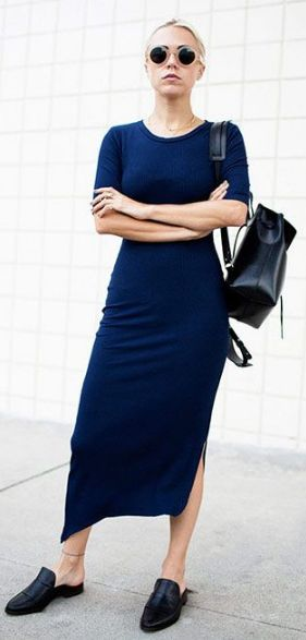 Que o mule é o sapato da vez a gente já sabe. Se você ainda tem dúvida de como usar, confira algumas dicas e se inspire nesse look minimalista de vestido longo azul royal, mochila preta e mule sem salto de couro preto.