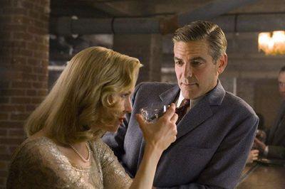 Comme Howard Hawks, Clooney fait du cinéma à hauteru d'homme. Jeux de dupes, ici Renée Zellweger et George Clooney.