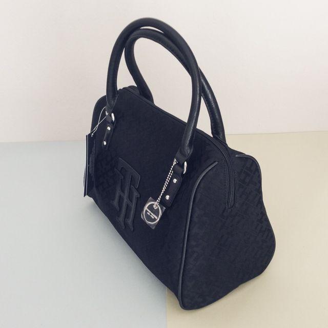 Tommy Hilfiger 6920870990 - 237₺ Siyah renkli elde taşınabilir fermuarlı Duffel/Satchel çanta. Kumaşdır, Küçük boyuttadır. Sipariş için Arayabilir, SMS veya E-Posta yollayabilirsiniz.
