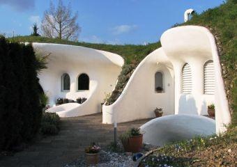 Il villaggio degli Hobbit: le Erd Haus progettate da Peter Vesch in Svizzera