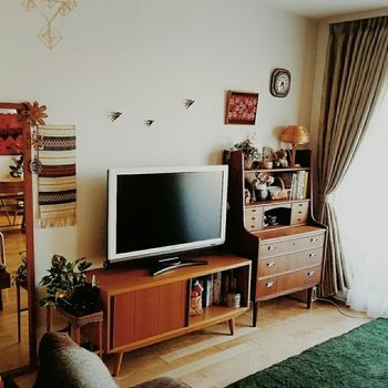 北欧ヴィンテージ家具をつかったインテリア。 シンプルで落ち着いた色のラグや、柄の小物をレイアウトしています。