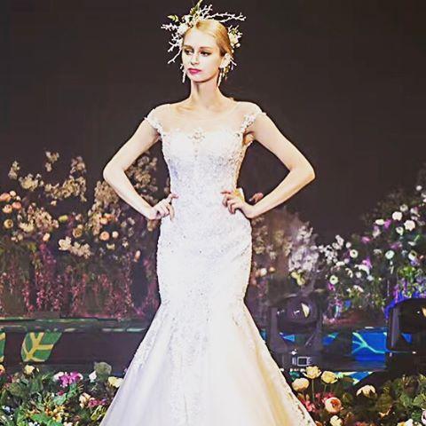 Немного фотографий со вчерашней работы���� Макияж мне сделали вообще какой-то странный: оранжево-жёлтые тени и румяна! �� А губы были ярко розовые��  #weddingshow #weddingdress #makeup http://gelinshop.com/ipost/1520429806948013854/?code=BUZptqVDVce