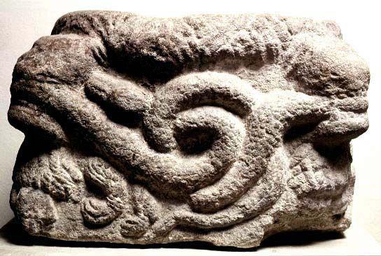Skåne, Österslöv: 9001808 (9001808.jpg). Motiv: lejon som biter över ormar. Foto: Lennart Karlsson
