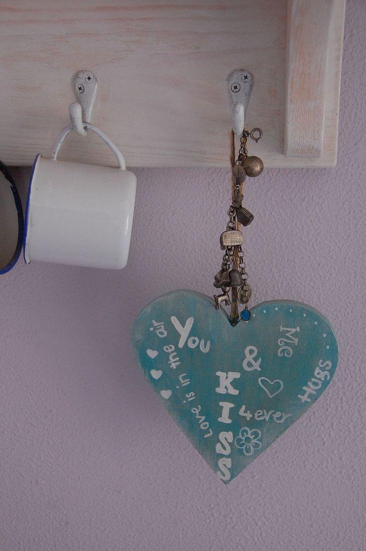 De  lieve woordjes op het hartje zijn er met de hand op geschilderd. € 3,50 De verkoop van het hartje is  zonder de overige decoratie op de foto. Check onze webwinkel of het product nog verkrijgbaar is