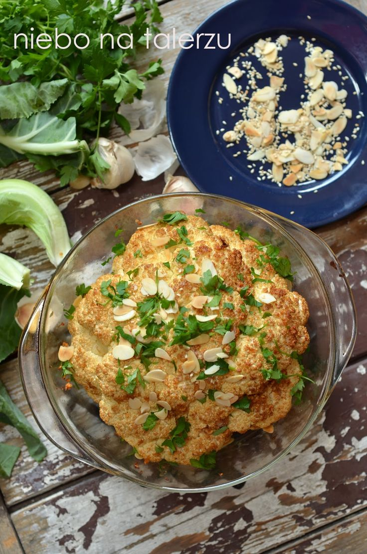 Kalafior wg Jamie Oliveira:   kalafior - 5 ząbków czosnku - ok. pół łyżeczki soli ( morskiej lub zwykłej) - łyżeczka wędzonej papryki - szczypta tymianku ( niekoniecznie) - olej rzepakowy ( ok. 5-6 łyżek) - sok z cytryny - łyżeczka skórki otartej z cytryny ( tylko żółta część, wcześniej wyszorowana) - dwie, trzy łyżeczki masła - dwie czubate łyżki posiekanej natki pietruszki - dwie łyżki płatków migdałów - ew. łyżka ziaren sezamu