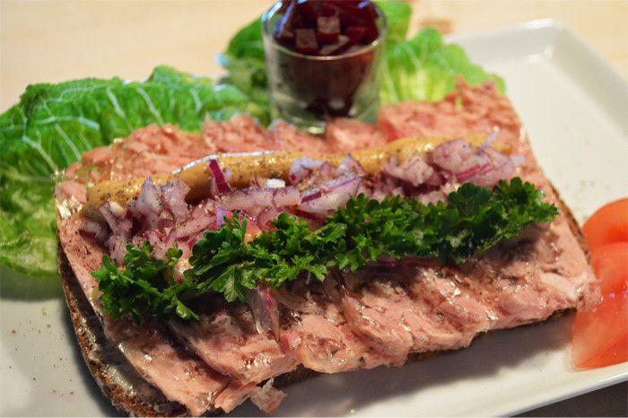Syksyinen Maalaisleipä on saanut nimensä herkullisesta maalaishyytelöstä ja maalaisruislimpusta. Maalaisruislimppu sopii erinomaisesti lihaisan maalaishyytelöherkun ja sinapin kanssa. Vielä kun tähän kokonaisuuteen lisää punajuurikuutioita ja punasipulia niin muuta ei tarvita. Maista niin tiedät!