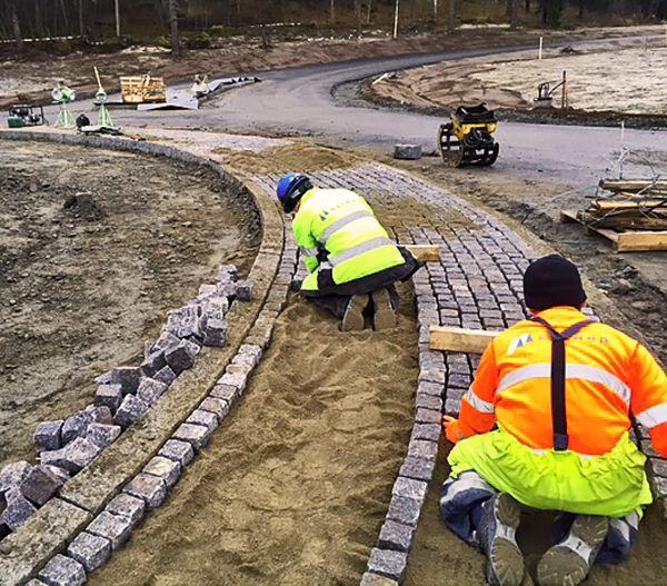Himoksella paukkuu...uuteen liikenneympyrään graniittinoppaa ja reunakiveä kovalla ryskeellä!