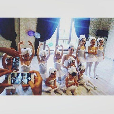 B&D Akademi Bale gösterisi Başta sevgili arkadaşlarım betul ve Demet'e sonra emeği geçen tüm ogretmen ve öğrencilere selam ve sevgilerle #bale#kugugolu#dans#dance#baleokulu#sanat#sanatokulu#piyano#muzik#resim#bateri#gitar#drama#diksiyon#gosteri#sahne#balerin#bale öğretmeni#tutu#balemayasu @bdakademi http://turkrazzi.com/ipost/1524968533931159382/?code=BUpxs1OnW9W