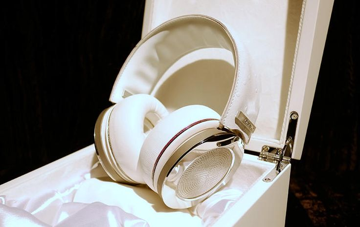"""Onkyo adds 20 carat diamonds to its H900M headphones 