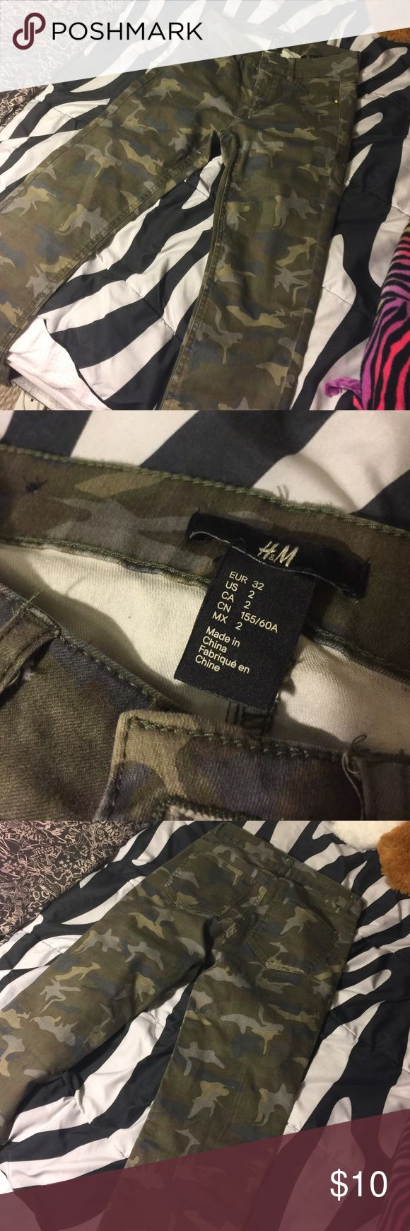 CAMO SKINNY JEANS! Camo skinny jeans from h&m size 2, too small for me never worn front and back pockets front zipper and button perfect condition H&M Pants Skinny
