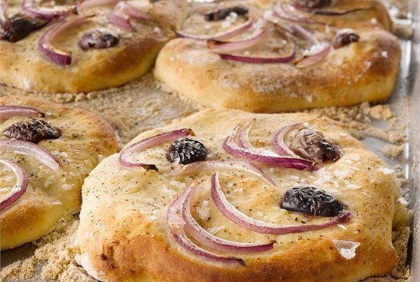 Pienet focacciat ✦ Focaccialeipä muotoillaan litteäksi ja sen päälle painellaan koristeeksi ja makua antamaan ruoka-aineita, kuten oliiveja, kirsikkatomaatteja tai punasipulia, sekä mausteita. http://www.valio.fi/reseptit/pienet-focacciat/