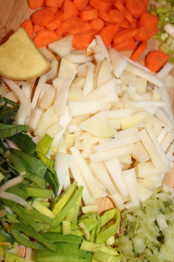 Sopa de verduras con fideos soba (apta para celíacos) - 1) Pica o ralla los ingredientes: colinabo, zanahoria, cebolleta, nabo, apio y jengibre. 2) Ponlo todo a cocer y condiméntalo al gusto -mejor, poquita sal-. 3) Echa los King Soba. Son unos noodles tailandeses de arroz. Son orgánicos y estarán listos en 5 minutos de cocción. Los puedes encontrar en la zona Sin Gluten de los supermercados Carrefour
