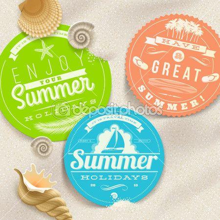 Vacances d'été et parcourez les étiquettes et les coquillages sur une plage de sable - vector illustration — Vecteur